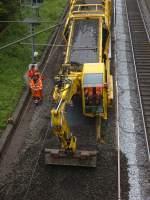 Gleisbaumaschinen und -krane/69317/hier-ein-zweiwegebaufahrzeug-mit-kettenantrieb-am Hier ein Zweiwegebaufahrzeug mit Kettenantrieb am 14.05.2010 in Eilendorf um den Schotter am Bahnsteig aufzusammeln.