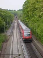 BR 111/72410/ein-re-9-park-beim-halt Ein RE 9 Park beim Halt in Eilendorf am 25.05.2010, hinten schubst eine 111 diese alten Klumpen.