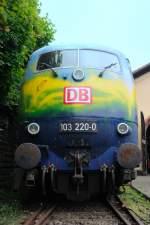 Lokportraits/38089/ein-traumprofil-103-220-0-des-ehemaligen Ein Traumprofil: 103 220-0 des ehemaligen Touristik-Expresses. (Neustadt, Weinstrasse, Mai 2009).